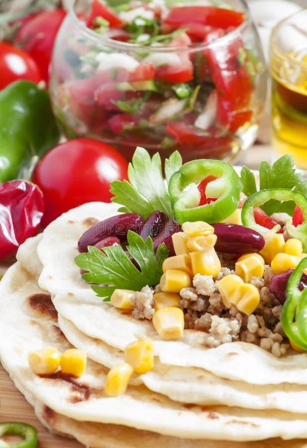 Kulinarni burritos, tortilla plombowanie na otwartej, selekcyjnej ostrości, zdjęcia royalty free