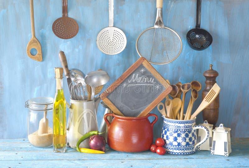Kulinarni naczynia, kuchenny blackboard, jedzenie i nap?j, kucharstwo, menu, restauracyjny poj?cie fotografia stock