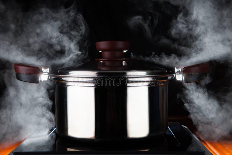 Kulinarny jedzenie z gorącą strumień władzą stanless stalowy garnek na elec obrazy stock
