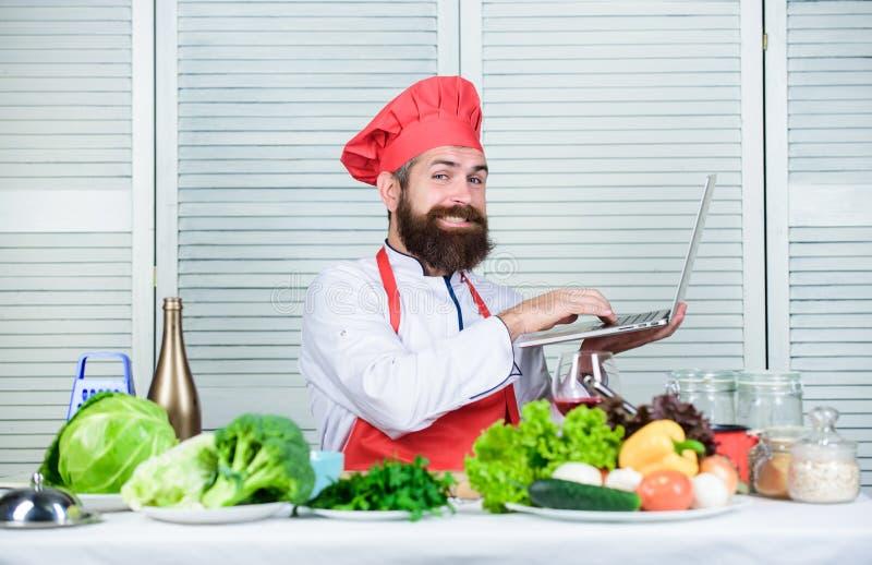 Kulinarny kanał brodaty szczęśliwy mężczyzna szefa kuchni przepis Kuchnia kulinarna vite Dieting żywność organiczna Jarska sałatk zdjęcie stock