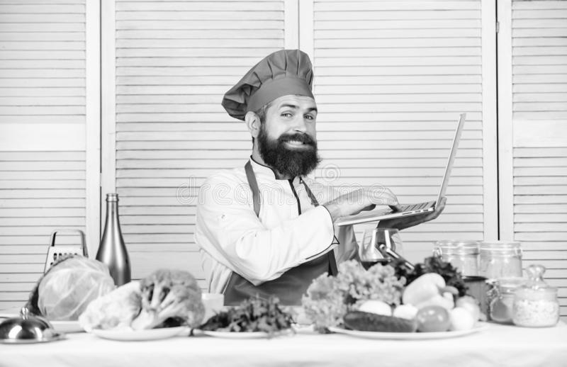 Kulinarny kana? brodaty szcz??liwy m??czyzna szefa kuchni przepis Kuchnia kulinarna vite Dieting ?ywno?? organiczna Jarska sa?atk obrazy stock