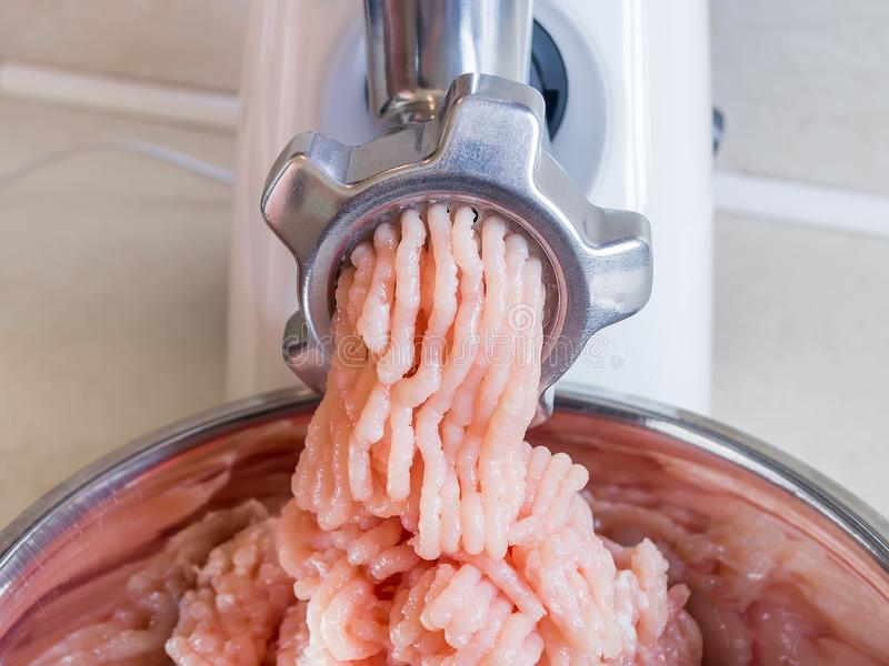 Kulinarny minced kurczak polędwicowy z gospodarstwo domowe elektryczną maszynką do mięsa Nowożytny kitchenware dla gotować w domu obraz royalty free