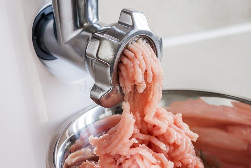 Kulinarny minced kurczak polędwicowy z gospodarstwo domowe elektryczną maszynką do mięsa Nowożytny kitchenware dla gotować w domu obrazy stock
