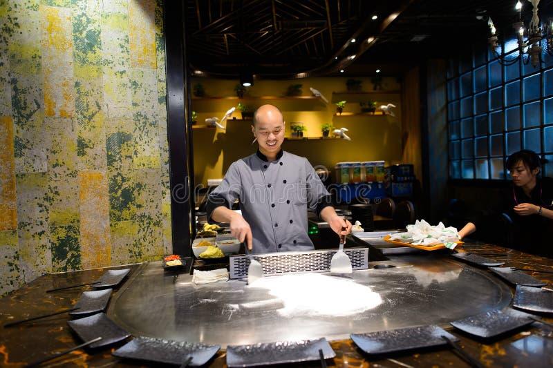 Kulinarny mistrz w azjatykciej restauraci obraz royalty free