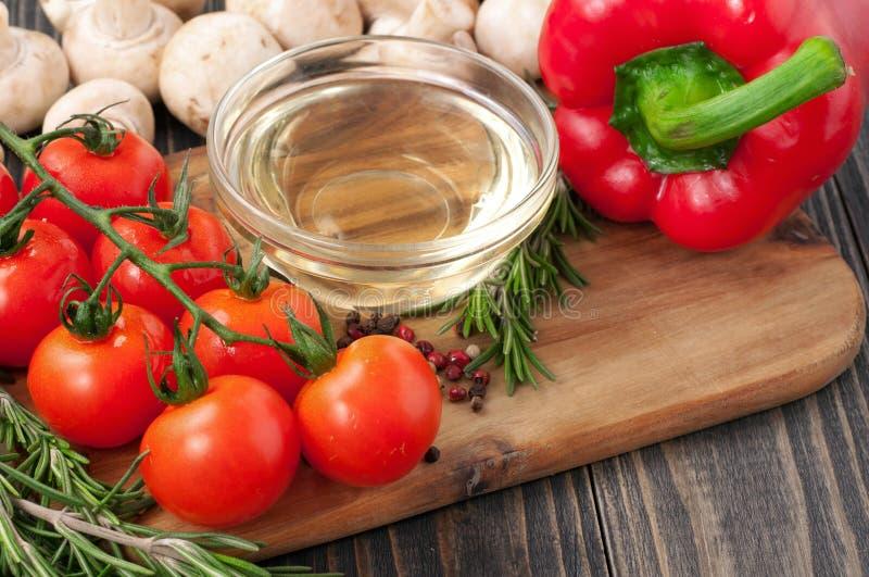 Kulinarny tło - oliwi, pieczarki, czereśniowi pomidory, pieprz i zdjęcia stock