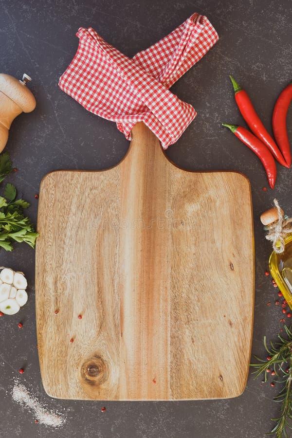 Kulinarny tło z pustą tnącą deską zdjęcie stock