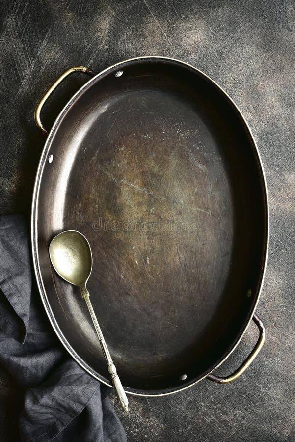 Kulinarny t?o z pustymi kulinarnymi niecki i kuchni wsparciami Odg?rny widok z kopii przestrzeni? zdjęcia royalty free