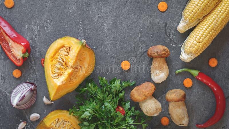 Kulinarny tło z warzywami i pieczarkami zdjęcia stock