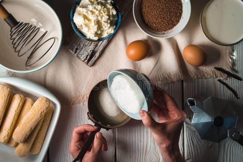Kulinarny tiramisu na białym drewnianym stole fotografia stock