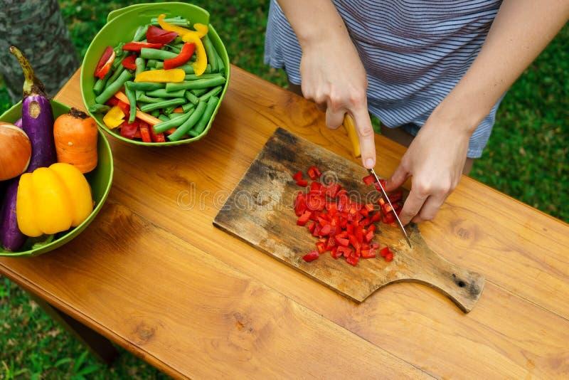 Kulinarny warsztat blisko sałatka wystrzelona w górę warzywa obrazy royalty free