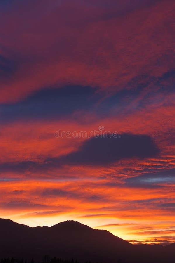 kullar över solnedgång arkivfoton