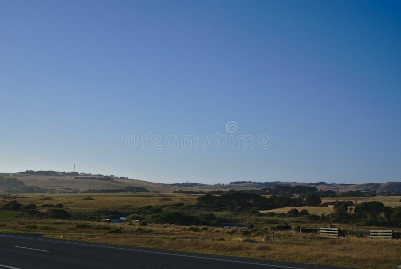 Kullar och träd med blå himmel i bakgrund arkivfoto