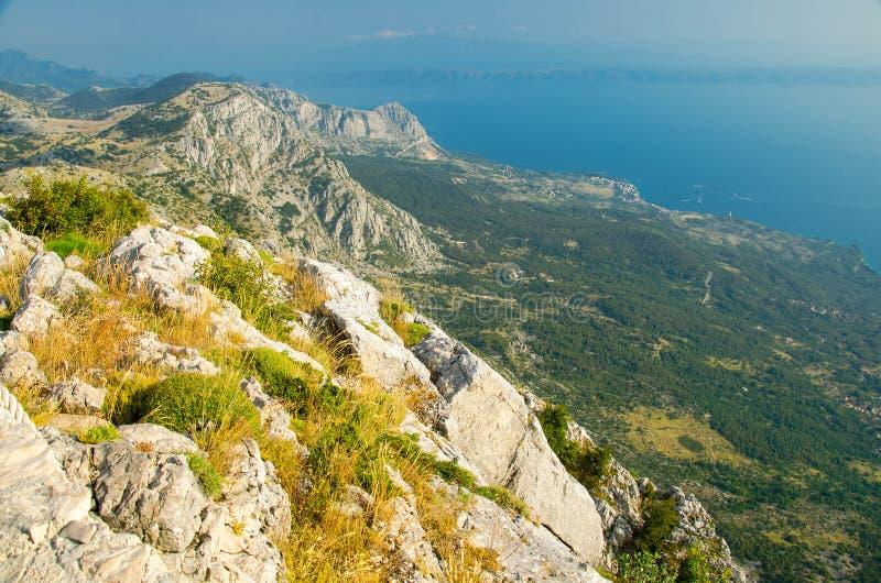 Kullar och vaggar av Biokovo bergskedja framme av det Makarska riviera Adriatiskt havet, Dalmatia, Kroatien arkivbild