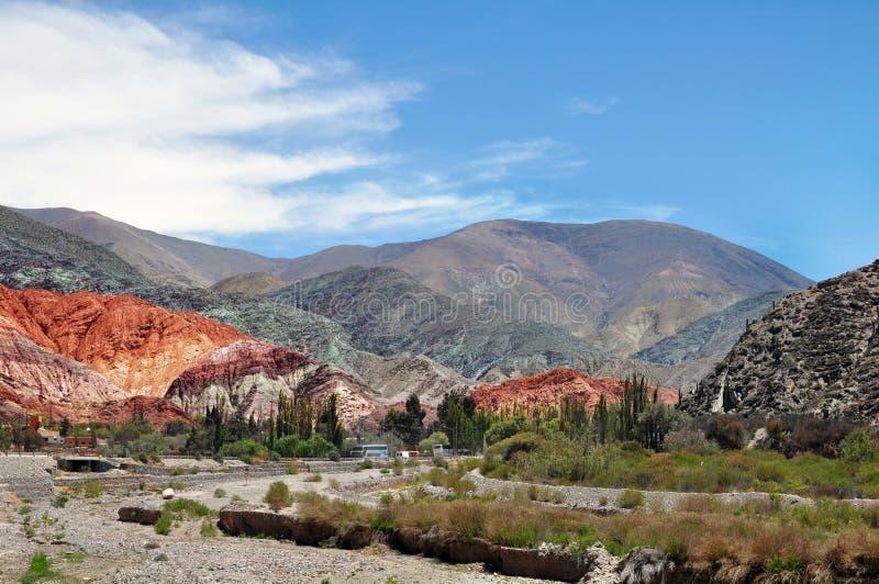 Kulle av de sju färgCerro de los siete coloresna på Quebrada de Humahuaca, Jujuy landskap arkivfoto
