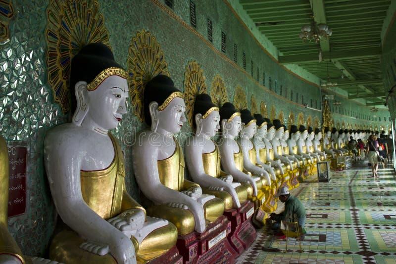 Kulle för U Min Thonze Buddhist Temple On Sagaing arkivbild