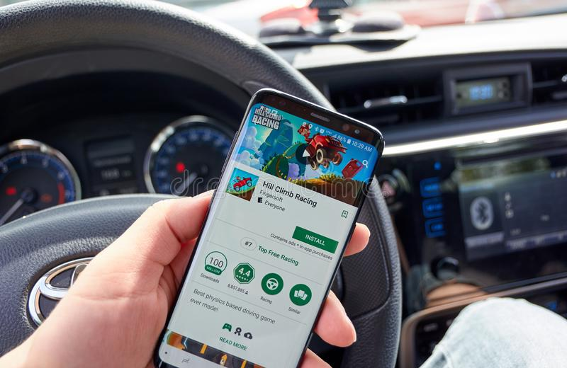 Kulleklättring som springer videospelet på Samsung s8 fotografering för bildbyråer