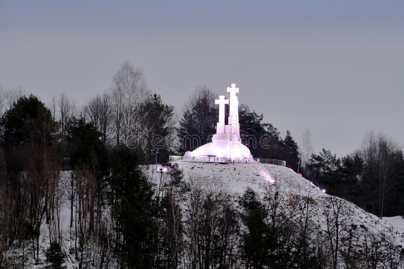 Kullen av tre kors i Vilnius på morgontid arkivbild
