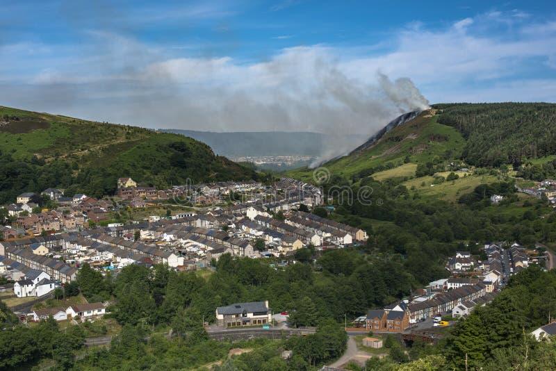 Kullen avfyrar in ovanför Ferndale, Maerdy och Blaenllechau Rhondda arkivbilder