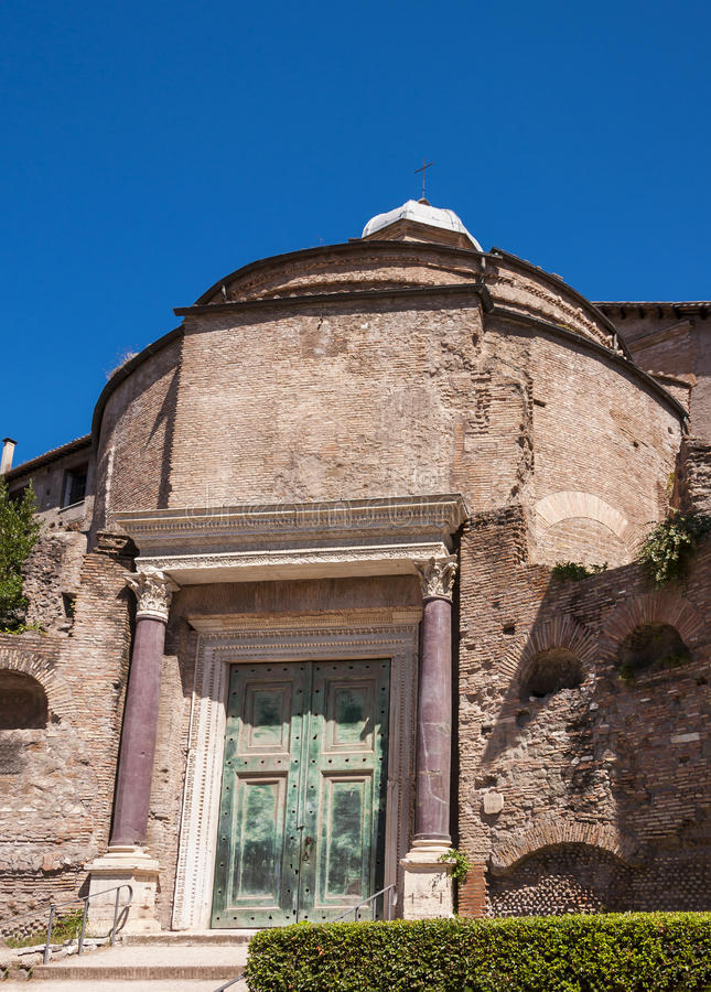 kullen italy för capitolinestadsfora lokaliserade för den rome för palatinen det roman tempelet romulusen arkivfoto