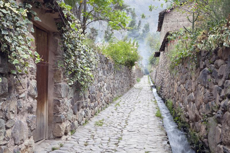 Kullerstengata i gammal Incastad i den sakrala dalen fotografering för bildbyråer
