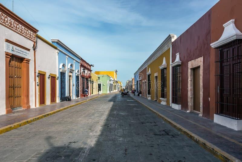 Kullerstengata med färgrika hus i Campeche, Mexico arkivfoton