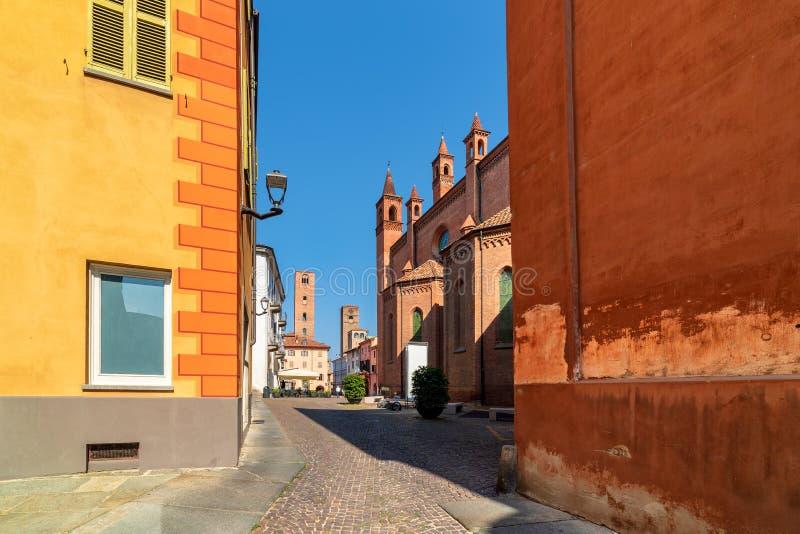 Kullerstengata och medeltida torn på bakgrund i den gamla historiska mitten av album, Italien fotografering för bildbyråer