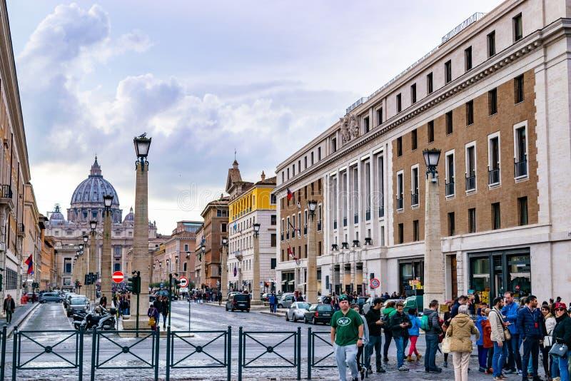 Kullerstengator av Rome med helgonet Peters Basilica i de Vatican City basilikaPapale dina San Pietro i bakgrund arkivfoton