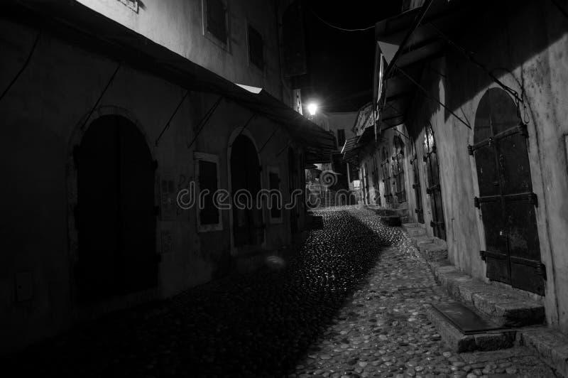 Kullerstengränd i Mostar på natten, Bosnien och Hercegovina royaltyfria bilder