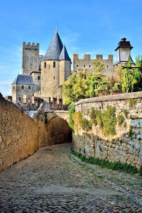 Kullerstengränd till och med fästningen av Carcassonne, Frankrike royaltyfria bilder