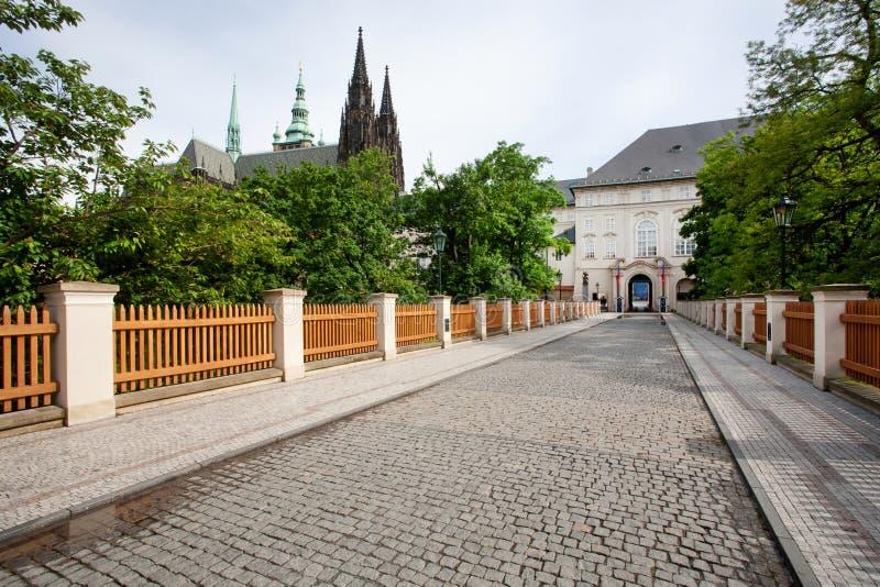 Kullerstenväg som leder till den Prague slotten royaltyfri foto