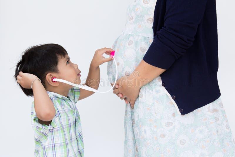 Kullpojken bär stetoskopet arkivbild
