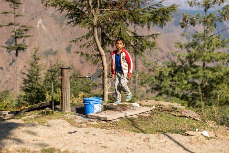 Kullu, Himachal Pradesh, Inde - 9 décembre 2018 : Un garçon se lavant le visage de l'eau du robinet en montagnes images stock