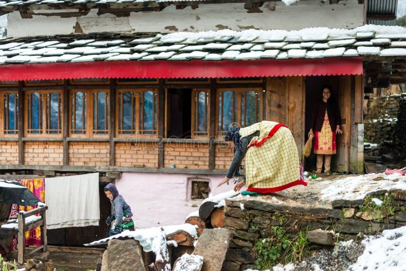 Kullu, Himachal Pradesh, Inde - 25 janvier 2019 : femme de himachali dans la robe traditionnelle jouant dans la neige avec l'enfa photos libres de droits