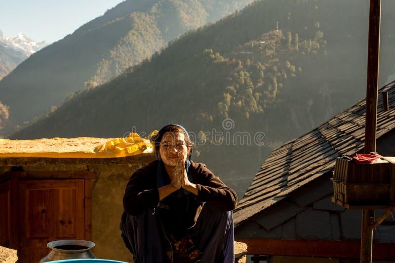Kullu, Himachal Pradesh, India - December 21, 2018: Foto die van himalayan vrouw haar gezicht in bergen wassen stock fotografie