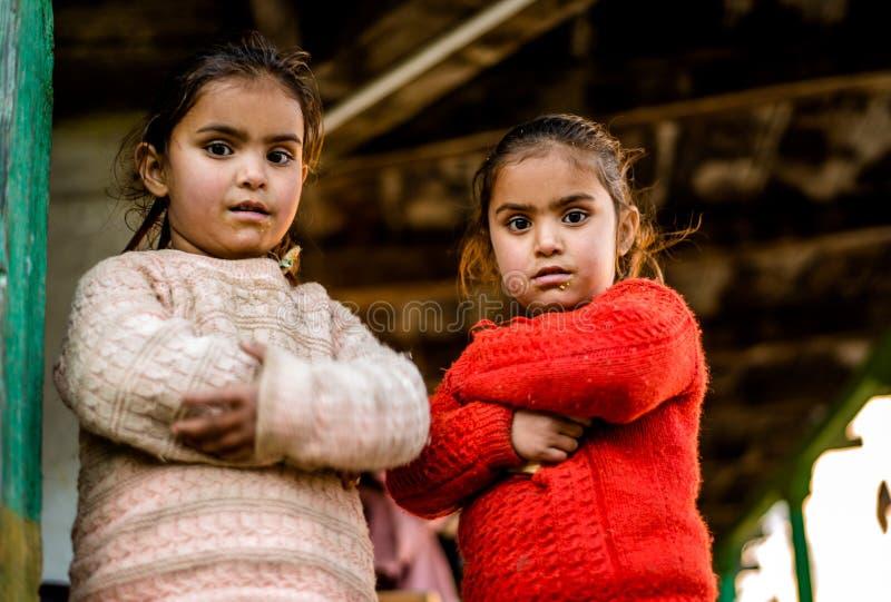 Kullu, Himachal Pradesh, India - 21 dicembre 2018: bambino indiano povero della ragazza dei gemelli in montagne fotografia stock libera da diritti