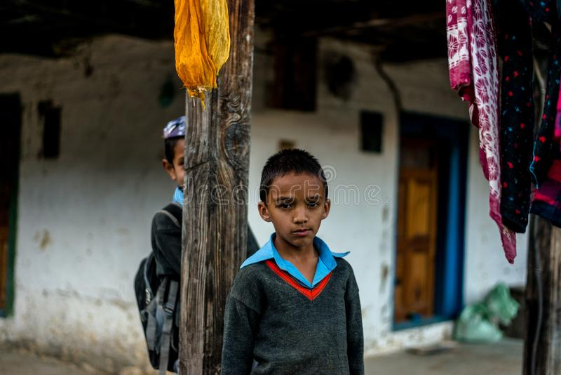 Kullu, Himachal Pradesh, India - November 26, 2018: Portret van himalayan jonge geitjes in berg, Himalayan-mensen stock fotografie