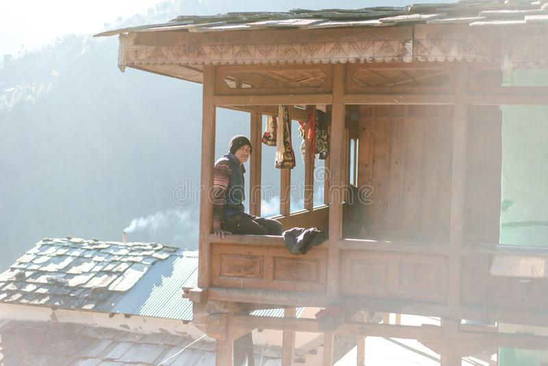Kullu, Himachal Pradesh India, Stycze?, - 17, 2019: Portret ch?opiec w drewnianym domu, Himalajscy ludzie fotografia royalty free