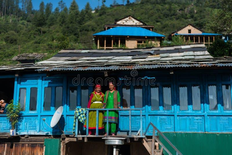 Kullu, Himachal Pradesh India, Wrzesień, - 01, 2018: Dwa kobiety w balkonie tradycyjny drewniany dom w górze obrazy royalty free