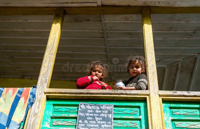 Kullu, Himachal Pradesh, Indien - 1. April 2019: Foto von Kindern in ihrem Haus im Himalajadorf lizenzfreies stockbild