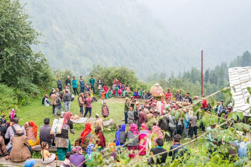 Kullu Himachal Pradesh, Indien - Augusti 31, 2018: Förberedelse av en relikskrin tilldelad till den lokala guden arkivfoton