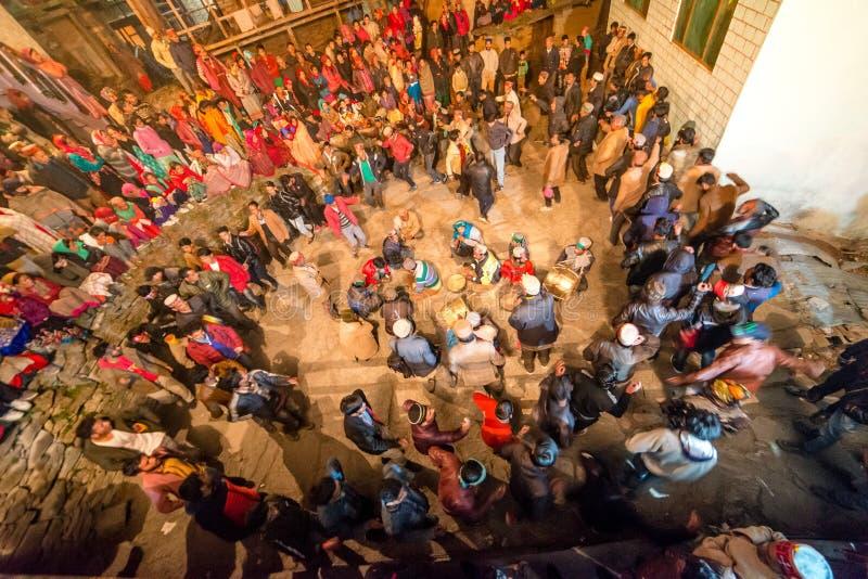 Kullu Himachal Pradesh, Indien - December 07, 2018: Lokal traditionell dans i himalayas royaltyfri bild