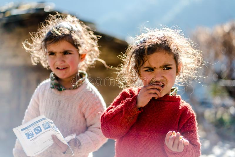 Kullu, Himachal Pradesh, Indien - 17. Januar 2019: Porträt des Zwillings-Mädchens im Berg, Himalajaleute stockfotos