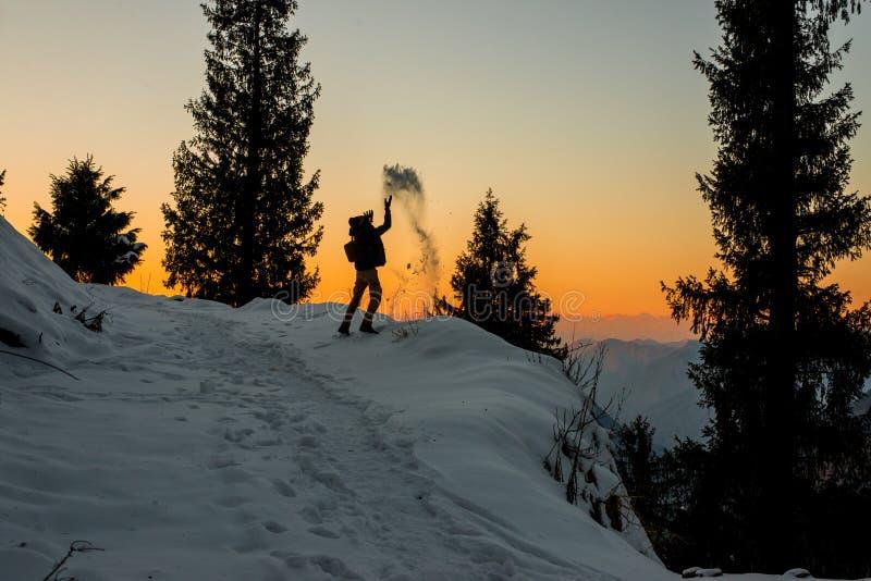 Kullu Himachal Pradesh, Indien - Januari 09, 2019: Handelsresande som spelar med sn? ?ver solnedg?ng i himalayas arkivbilder