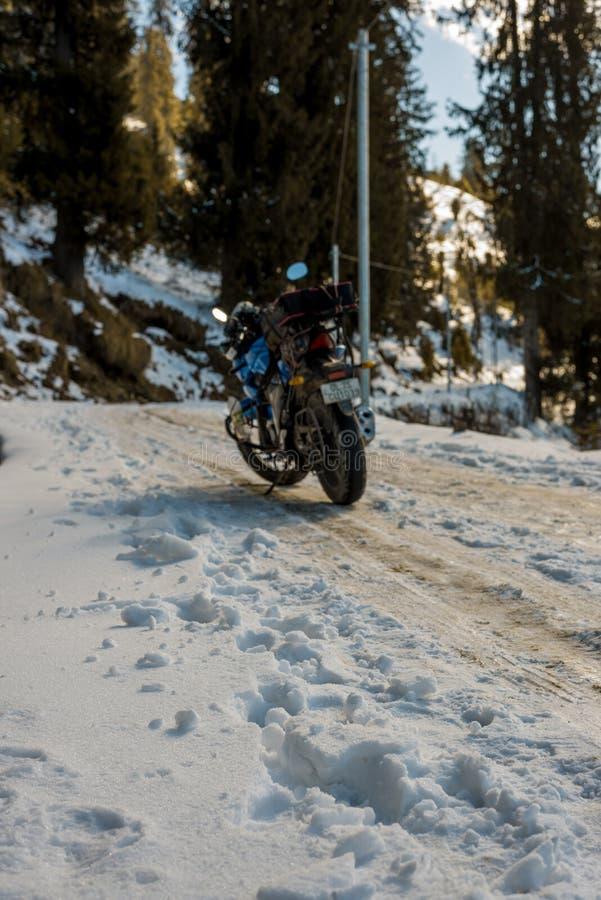 Kullu Himachal Pradesh, Indien - Januari 09, 2019: Motorcykelritt på den hala vägen för vinter i himalayas royaltyfri fotografi