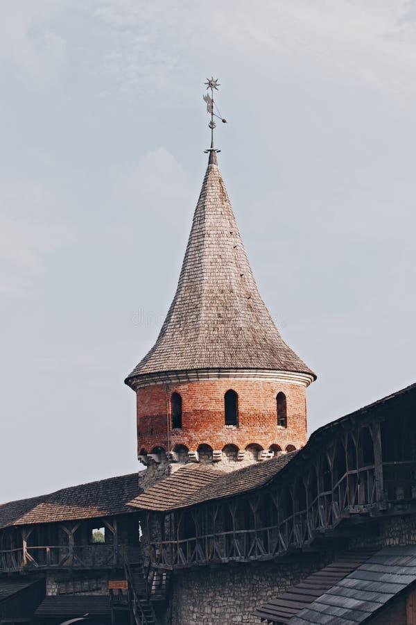 Kulor och torn av en stor medeltida fästning av slottet Kamyanets-Podilsky, Ukraina royaltyfri fotografi