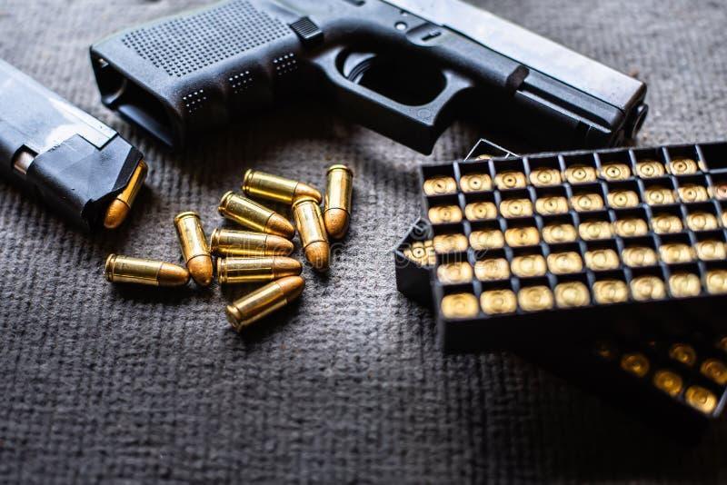 Kulor och vapen p? det svarta sammetskrivbordet arkivfoton