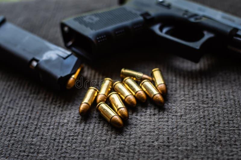 Kulor och vapen p? det svarta sammetskrivbordet arkivfoto