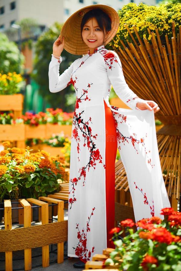 Kultur Asien Asiatisk kvinna i den traditionella klänningen (kläder), Coni royaltyfri foto