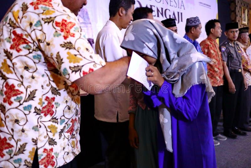 Kultur av att kyssa händerna av vuxna människor royaltyfri bild