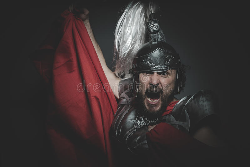 Kultur, Praetorian romersk legionär och röd kappa, harnesk och swo royaltyfria foton